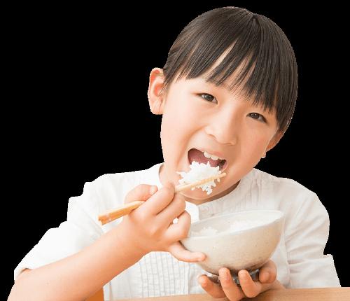 子供が美味しく食べている写真